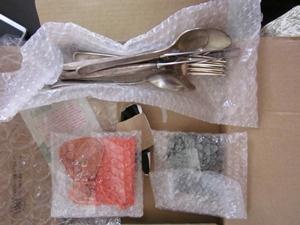 銀製スプーンと銀製フォーク