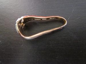 曲がった金の指輪